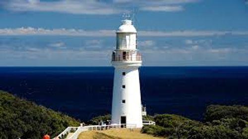 白色的奧威特角燈塔豎立在海岸邊