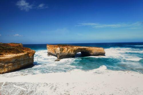 斷橋形狀的巨岩豎立在海中
