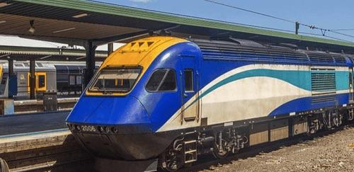 墨爾本到雪梨的長途火車停靠在火車月台邊