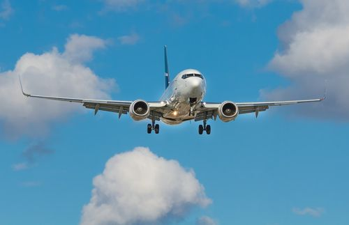 一台飛機在藍色的天空中飛行