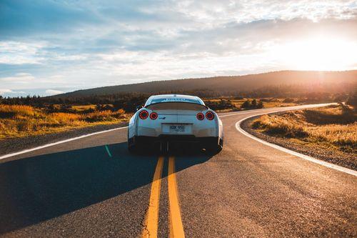 一台白色的轎車行駛在道路上