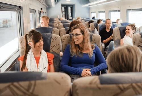 乘客坐在墨爾本到阿得雷德長途火車內的座位區