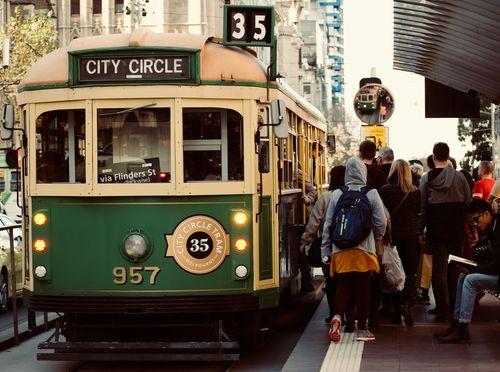 35路環狀電車停靠在電車站旁