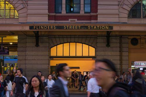 弗林德斯火車站門口的人潮