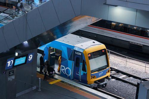 墨爾本火車停靠在車站月台旁