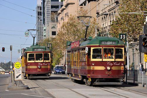 兩台35路市區環狀電車行駛在軌道上
