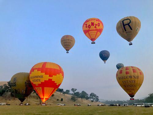 很多顆熱氣球飛在天空中