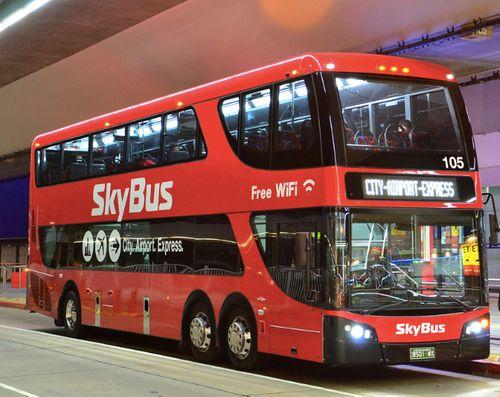 一台機場接駁巴士Skybus停在機場的門口前