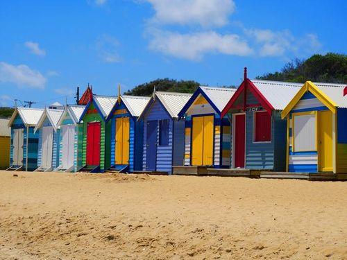 布萊頓海灘上的整排彩虹小屋