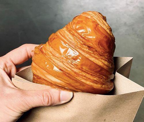 外表金黃油亮的原味可頌牛角麵包